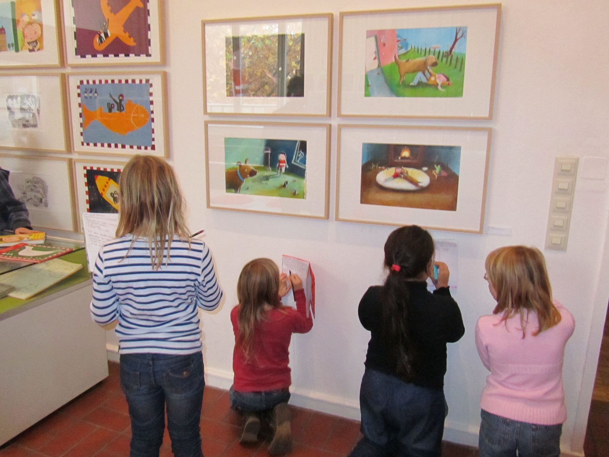 Kinder entdecken die Ausstellungen im Kinderbuchhaus (Bild: Kinderbuchhaus)