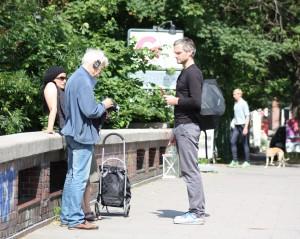Jan im Gespräch mit Bewohnern des Stadtteils
