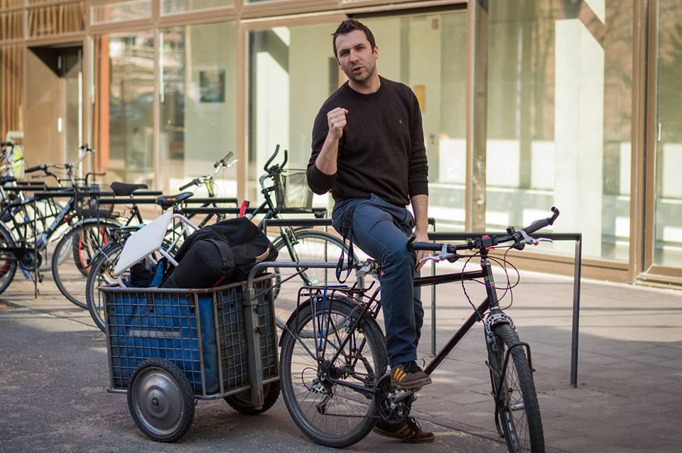 Bei diesem tollen Wetter muss man einfach etwas an der frischen Luft machen, so sieht das auch unser Bundesfreiwilligendiestler Hauke Lorenz, der kurzerhand mit dem Fahhrrad zum Dreh fährt.  Copyright: TIDE; Fotograf Henrik Bohle